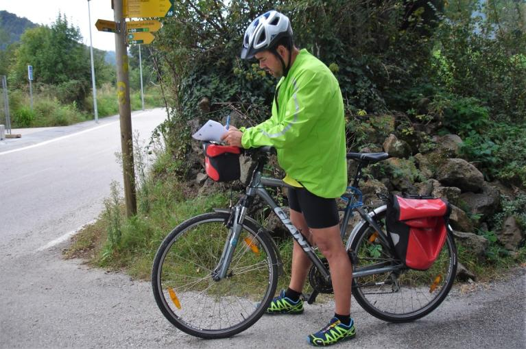 Cycliste lisant son road book note